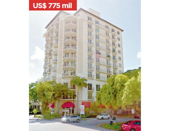 Tiene dos apartamentos adquiridos en 2009 en Brickell Way Condo de 1,215 pies cuadrados, uno de ellos en el Penthouse.