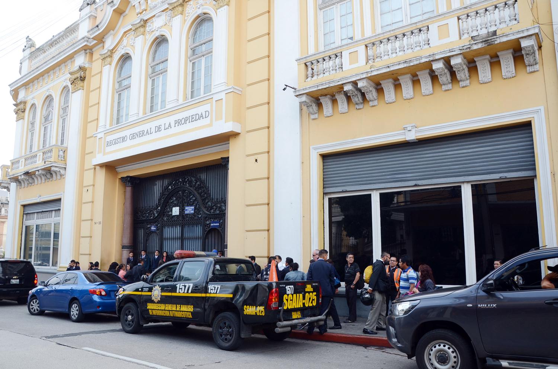Agentes de la PNC y fiscales del Ministerio Público allanaron desde temprano el Registro General de la Propiedad.